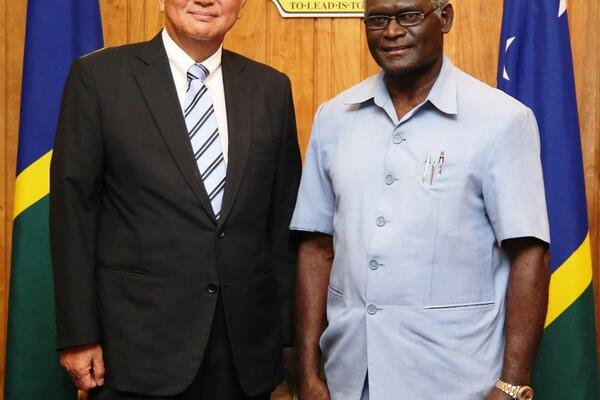 The Prime Minister, Hon Manasseh Sogavare, right, and the WHO Western Pacific Regional Director, Dr Young-soo.