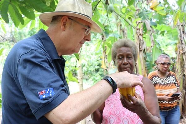 Theresa Sirilo showed High Commissioner Strahan her cocoa farm and how cocoa pods are harvested.
