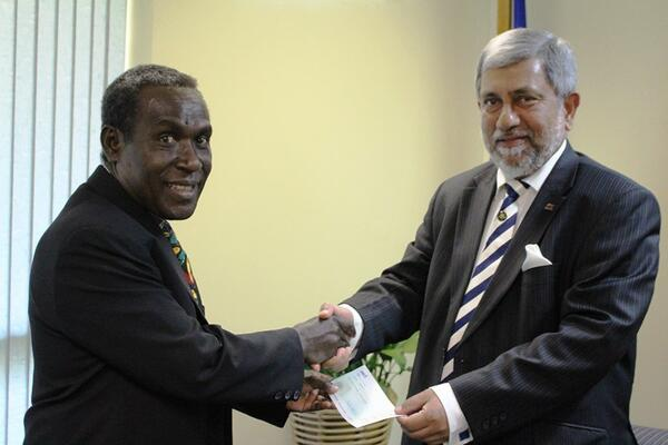 Connelly Sandakabatu, Minister for Development Planning and Aid Coordination recieves the donation from the Sri Lankan High Commission accredited to Solomon Islands.
