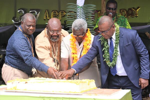 Prime Minister Sogavare, Premier Sade, Provincial Minister Seleso and MP for East Guadalcanal and Mines Minister Tovosia cutting the cake.