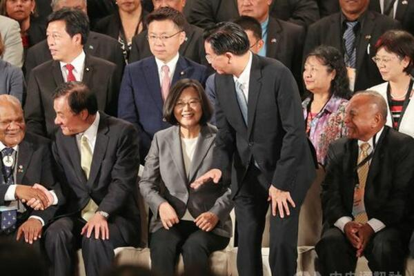 Speaker of Parliament (sitting far L) Patteson Oti with Taiwan's Legislative Speaker Su Jia-chyuan and President of Taiwan Tsai Ing-wen.