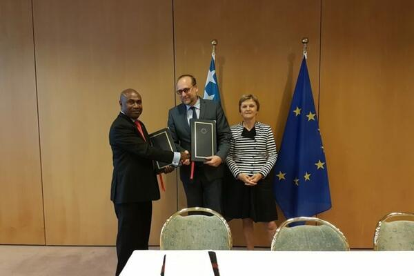 Ambassador Mose, EU Presidency Representative, HE Mr Peter Javocyk and Director for Migration, Mobility and Innovation, Ms Belinda Pyke, DG-Migration and Home Affairs of the EC, exchanging copies of the signed SI-EU Short Stay Visa Waiver Agreement.