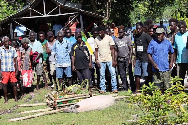 More than 200 people including Chiefs, Elders, Women, Youth and Children from the disputing communities gathered at Tuha to exchange traditional food and cash and most of all to shake hands, pray and smile to each other since the dispute that kept them away from each other.
