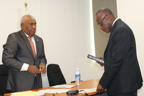 Newly appointed director general of SIICAC John Hugani Kouni taking his oath before the chairman of SIICAC, Sir Frank Kabui.
