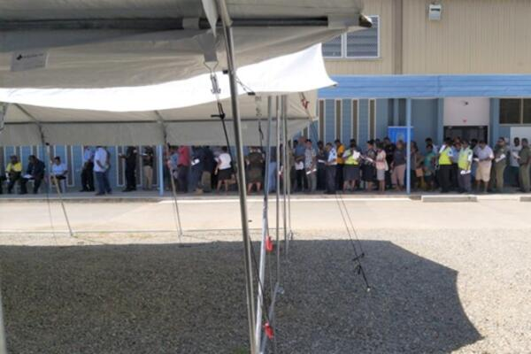 The que outside the Central Field Hospital where the COVID-19 vaccination program is being implemented.