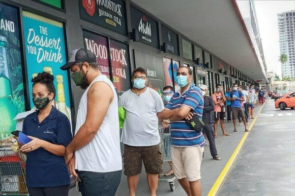 Crowds line up outside a Suva supermarket, masked up but not maintaining physical distancing prior to it being shut down for deep cleaning after four staff tested positive to COVID-19 (Credit: Sadhana Sen)