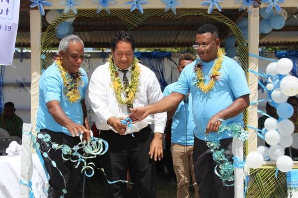 L-R Health Director George Pego, Premier Hon. Tuhagenga and National Director of Nursing Mr Michael Larui cutting ribbon to mark launch of the COVID-19 vaccination roll out.