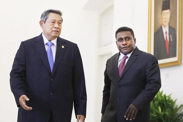 President Susilo Bambang Yudhoyono (left) guides Solomon Islands Prime Minister Gordon Darcy Lilo around Bogor State Palace in West Java on Monday. The two leaders held a bilateral meeting on Monday.